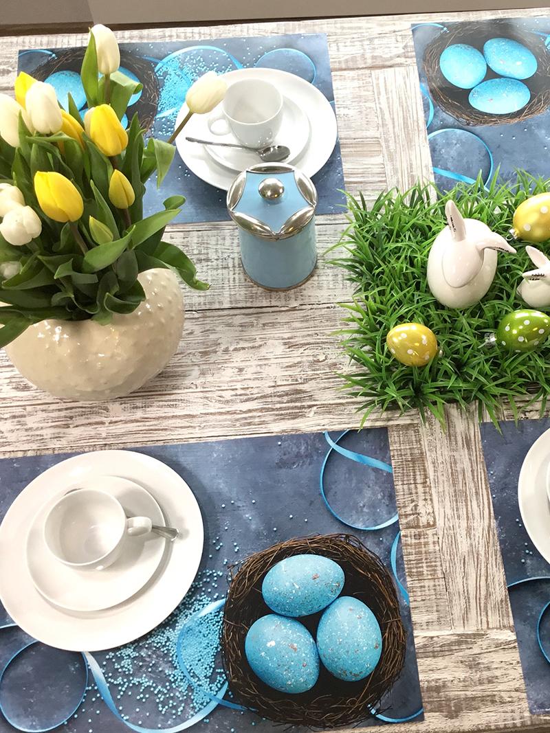 Osternest mit blauen Eiern